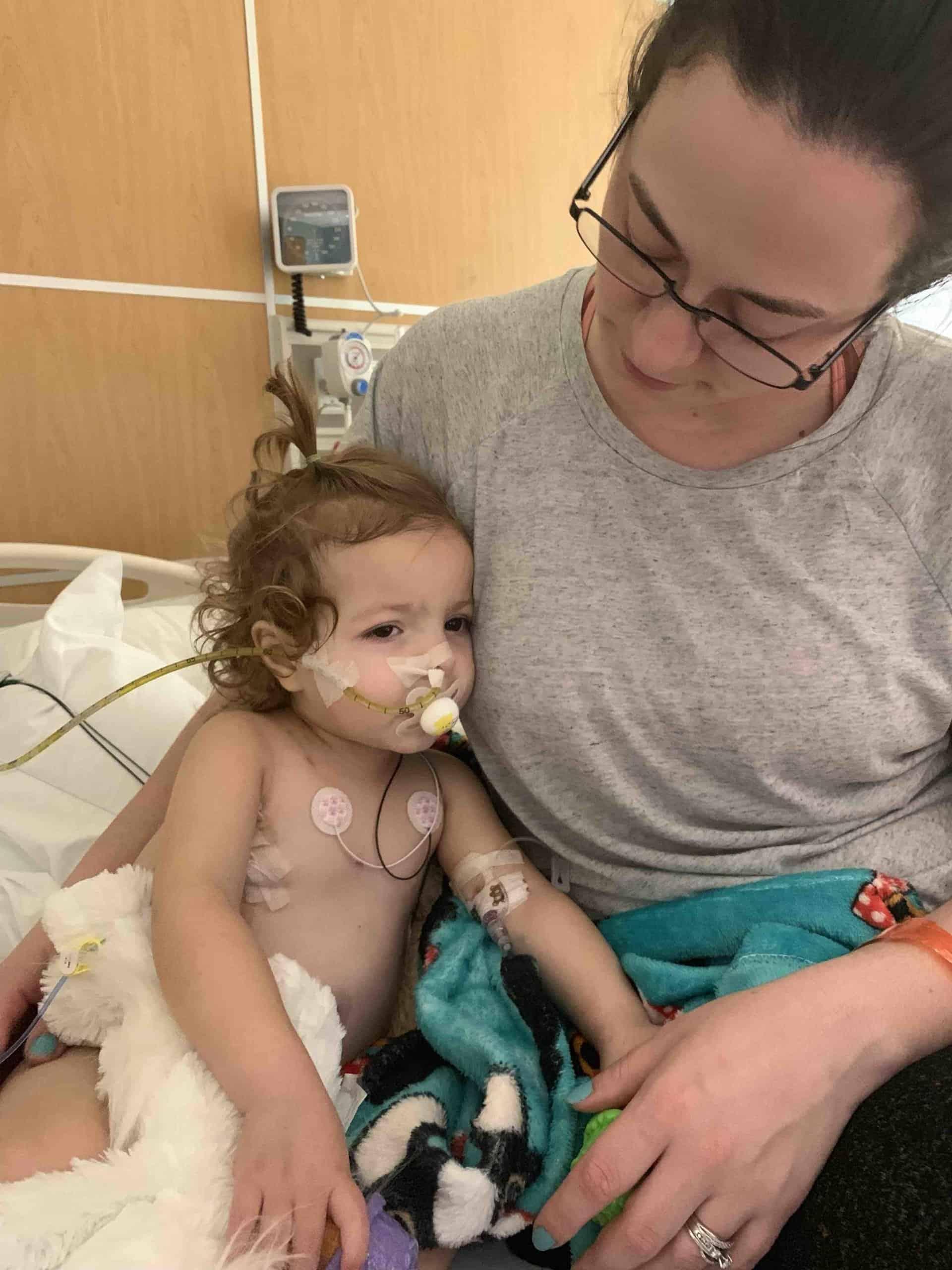 A pequena McKenna junto de sua mãe durante o tratamento