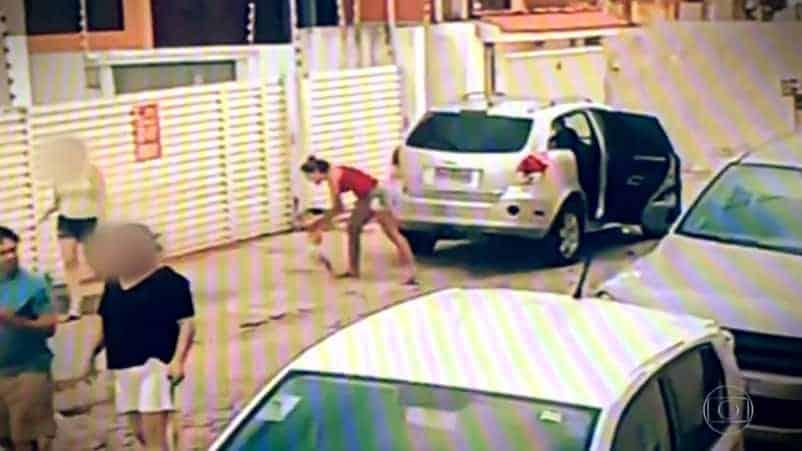 Mãe coloca bebê na rua e depois dá ré no carro