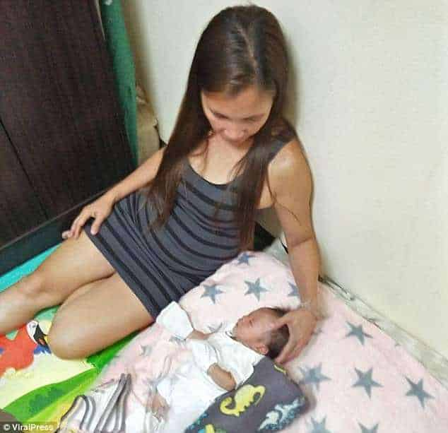 A assistente social junto com o bebê