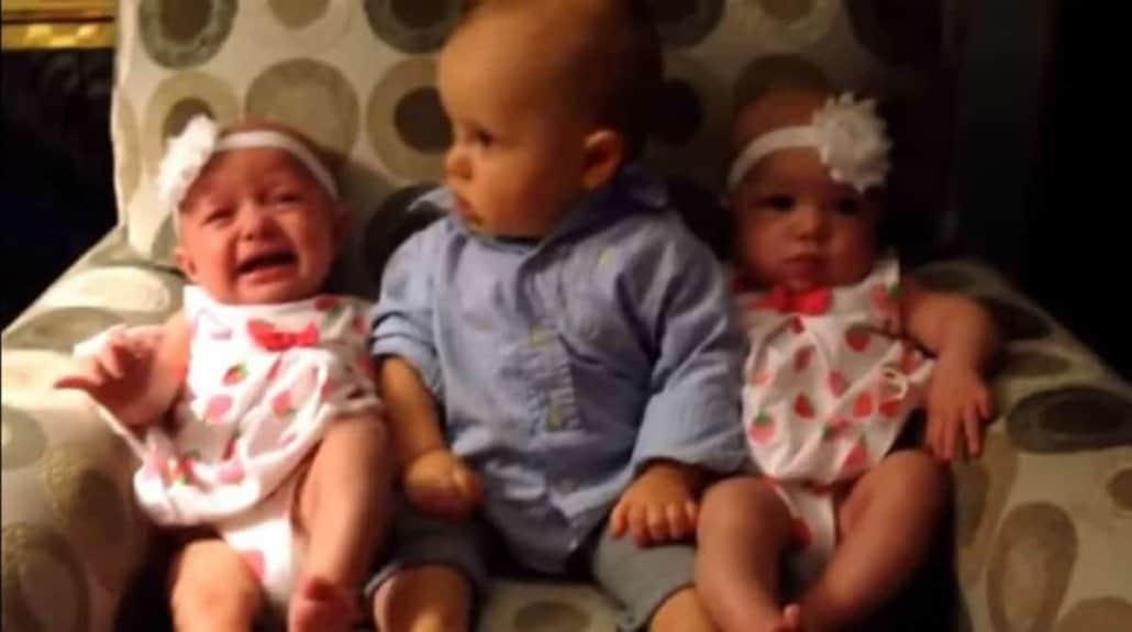 Bebê fica em dúvida com gêmeas