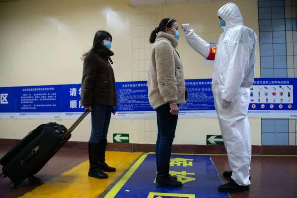 Pessoas sendo examinadas na China, bebê é a vítima mais nova do coronavírus