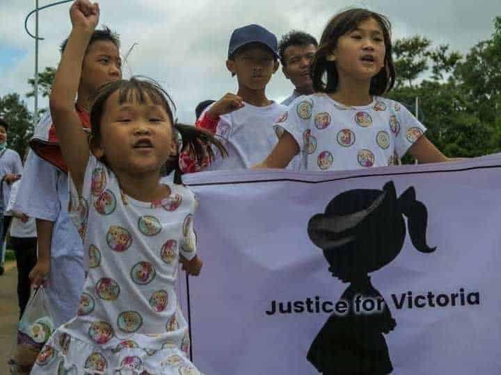 Crianças protestando em apoio a bebê de dois anos que foi estuprada