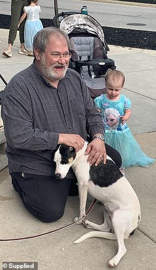 O avô com a bebê antes do acidente no cruzeiro