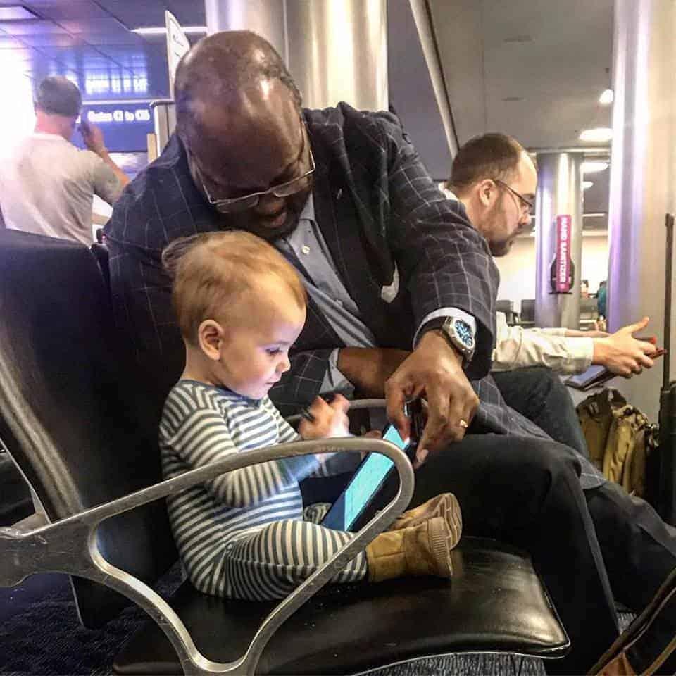 A bebê e o desconhecido ficaram mais de 40 minutos conversando