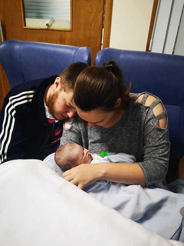 Pais com seu bebê em um dos raros momentos juntos