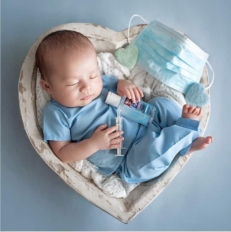 Bebê homenageou profissionais da saúde em ensaio newborn