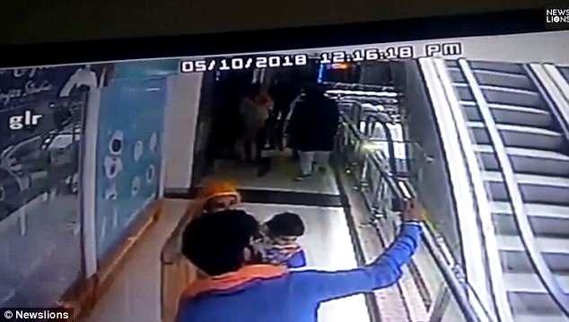 Menino que teve o braço sugado pela escada rolante
