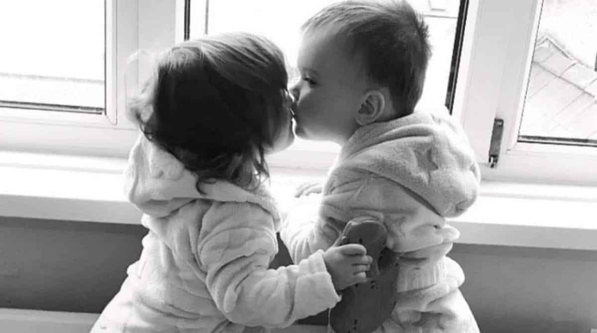 Bebê dando beijo no irmãozinho gêmeo após diagnóstico de câncer