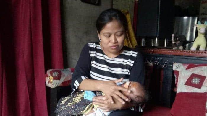 Mãe e sua bebê após o ataque do rato