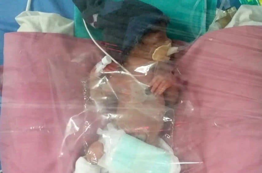 Bebê menina que é filha de uma mulher de 75 anos