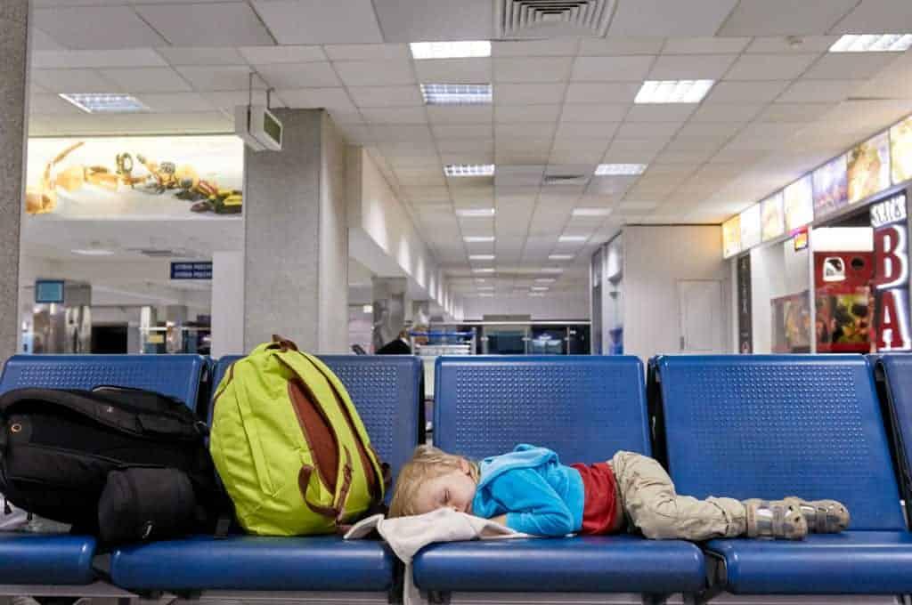 Avião retorna ao aeroporto após a mãe ter esquecido seu bebê