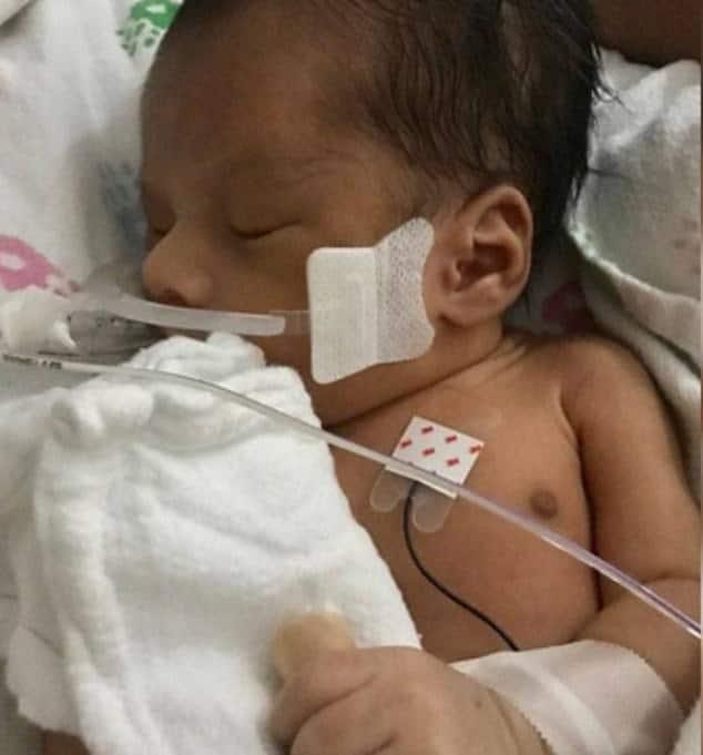Divulgada a primeira foto do bebê que foi tirado da barriga de mãe