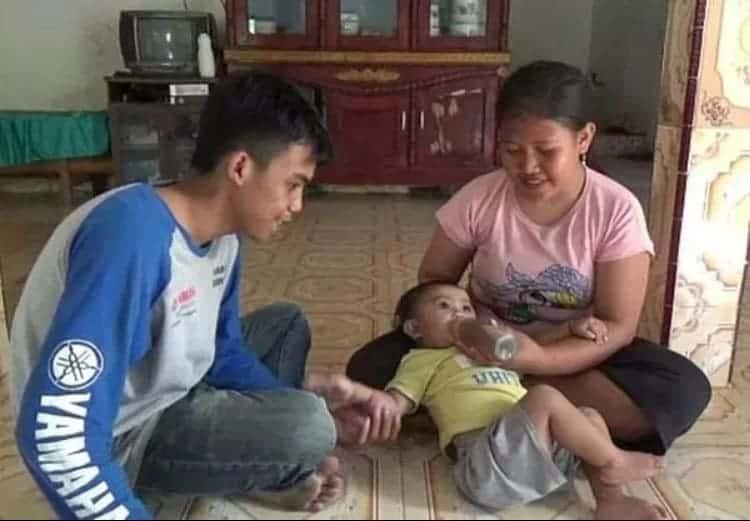 Bebê sendo alimentada com mamadeira de café pela mãe