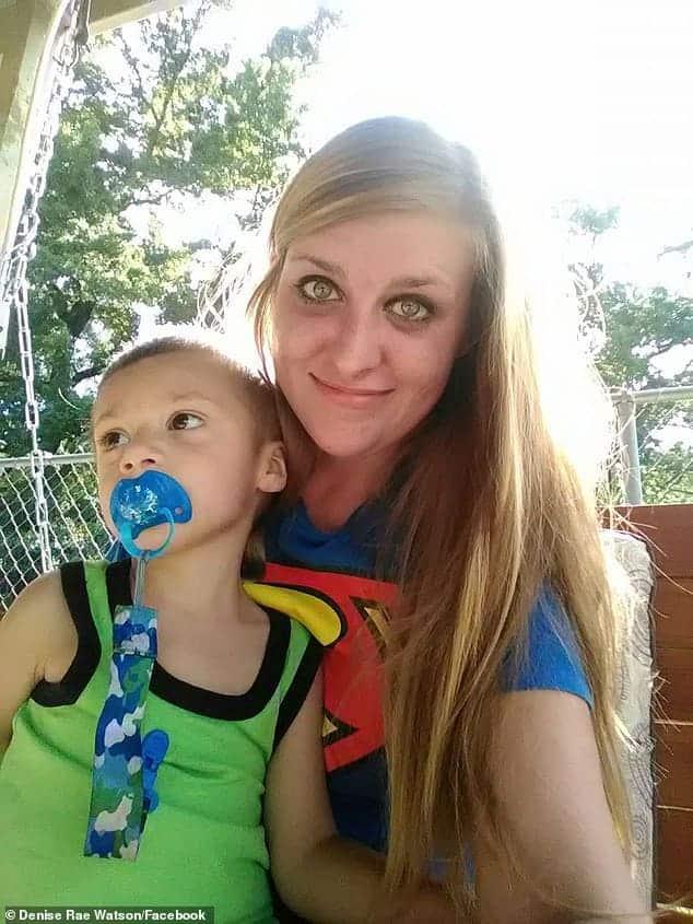 O bebê Thomas com sua mãe antes de ser agredido