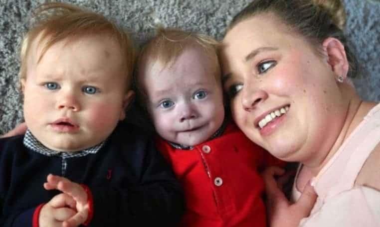 Os lindos gêmeos com a mame