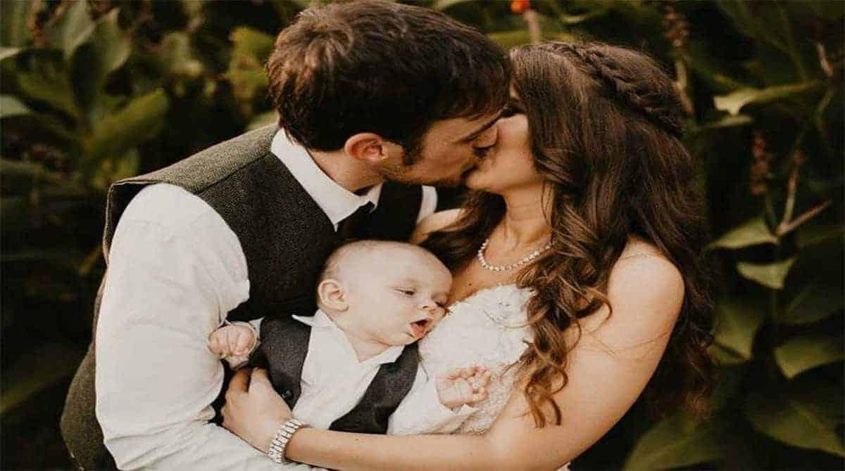 O bebê tentando mamar, durante o casamento