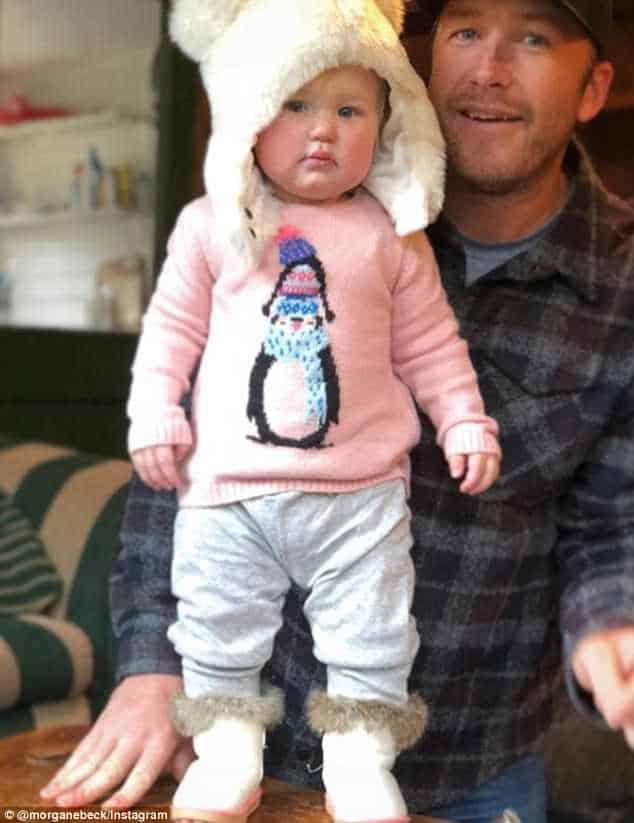 Uma imagem do papai Bode com a bebê Emmy