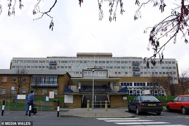 Imagem da entrada do hospital Singleton onde aconteceu o caso com o bebê
