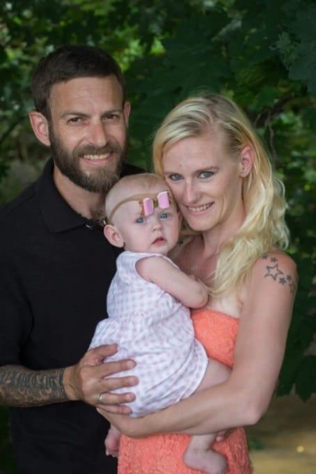 Bebê menina com pais antes da anemia causada pelo leite