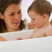 Dicas úteis para o banho da bebê menina