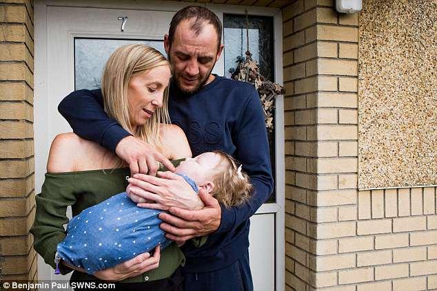 Foto da pequena Kia no colo dos pais e em casa após 9 meses internada no hospital