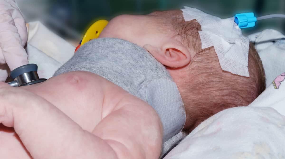 Bebê menino teve seu pescoço quebrado