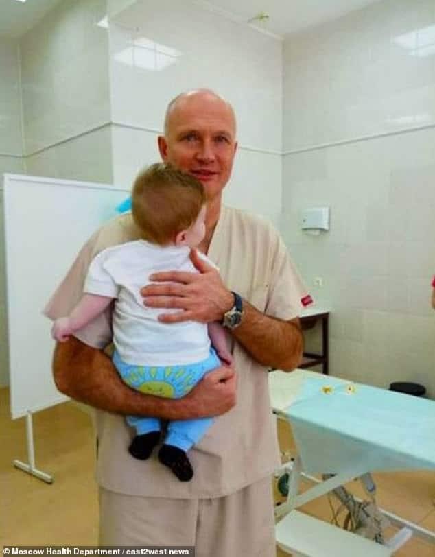Bebê menino após as cirurgias