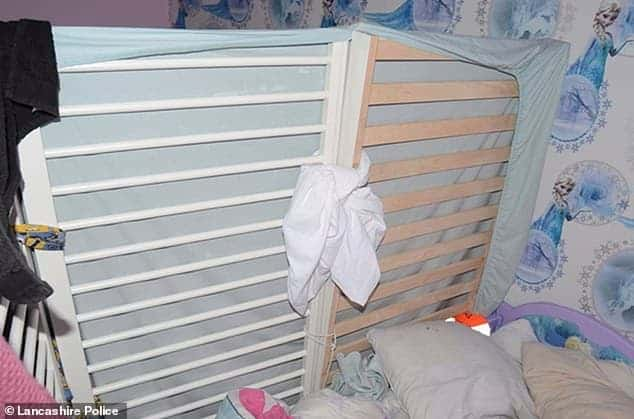 """Lauren Coyle, mãe da bebê Ellie-May fez o berço virar uma """"jaula"""""""