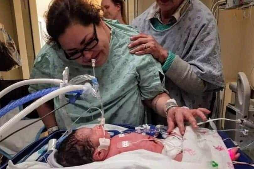 Clarisse ficou com o bebê com autorização dos médicos, na imagem ela aparece ao lado do pequeno na UTI