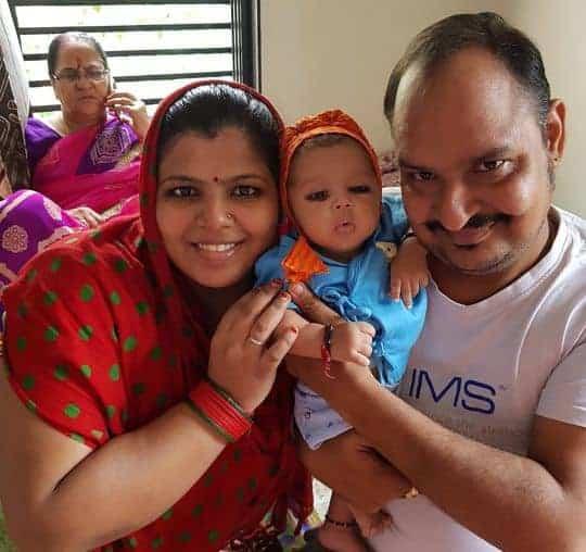 Os pais e o bebê que nasceu com sete dentes