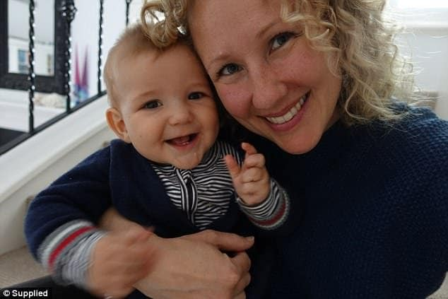 O bebê com a mãe, em foto mais recente