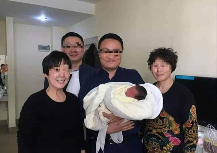Um publicação dos avós com o recém-nascidos