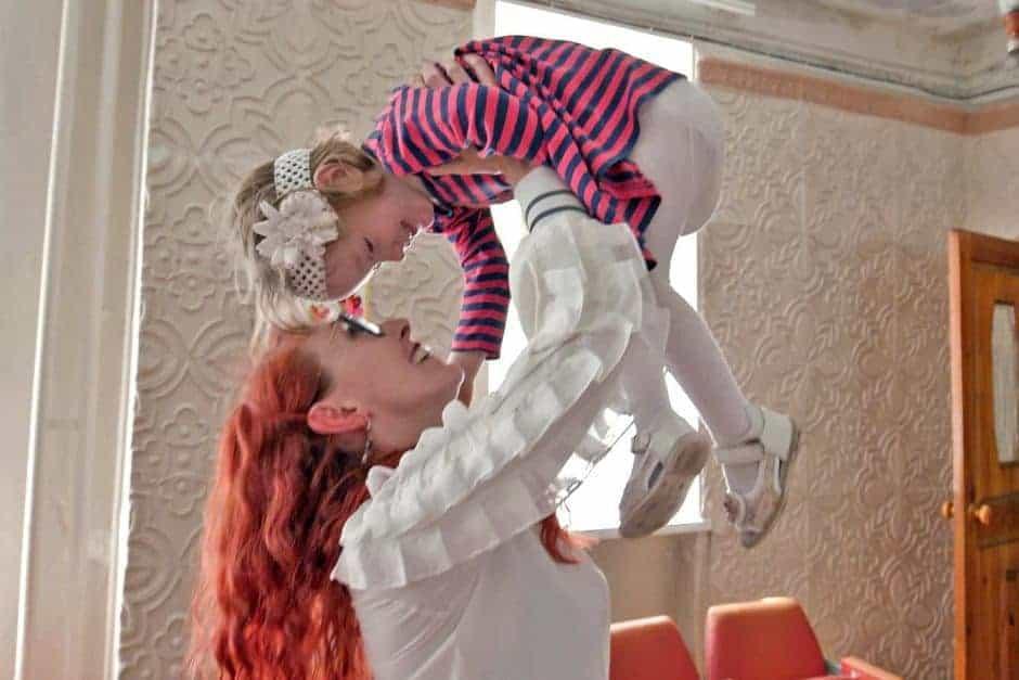 Bebê no orfanato com enfermeira pediátrica que cuida dela