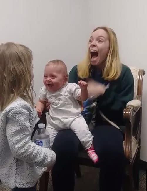 A irmã mais velha da bebê fez com que ela gargalhasse