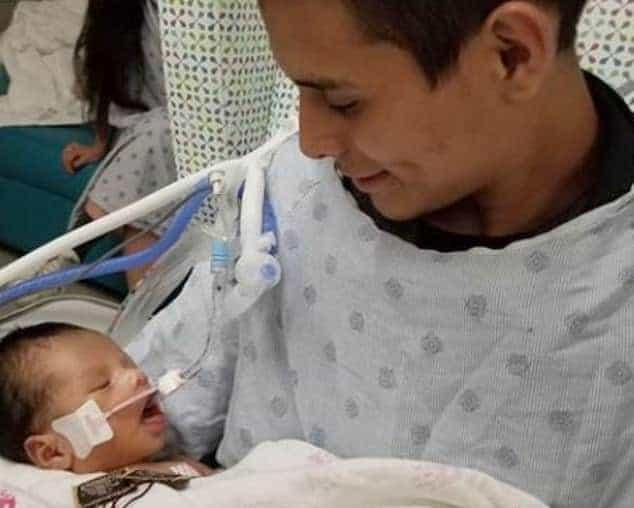Bebê no colo do pai pela primeira vez