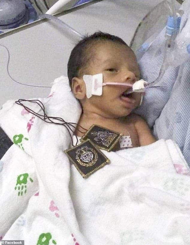 Ainda hospitalizado o pequeno bebê