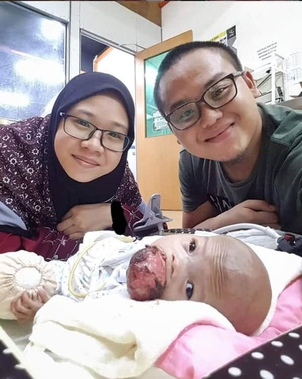 Bebê Ainul com seus pais antes da viagem