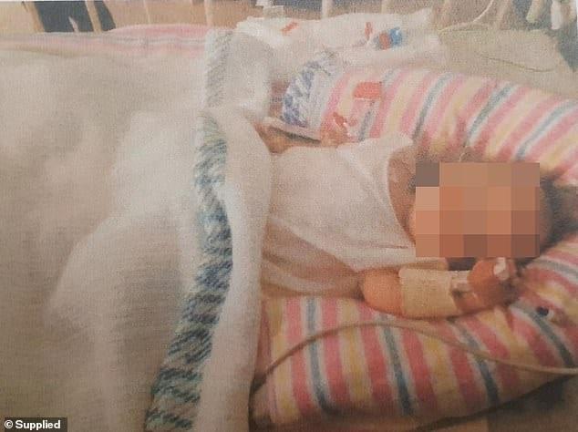 Este bebê pesava apenas 4,9 kg quando foi hospitalizada