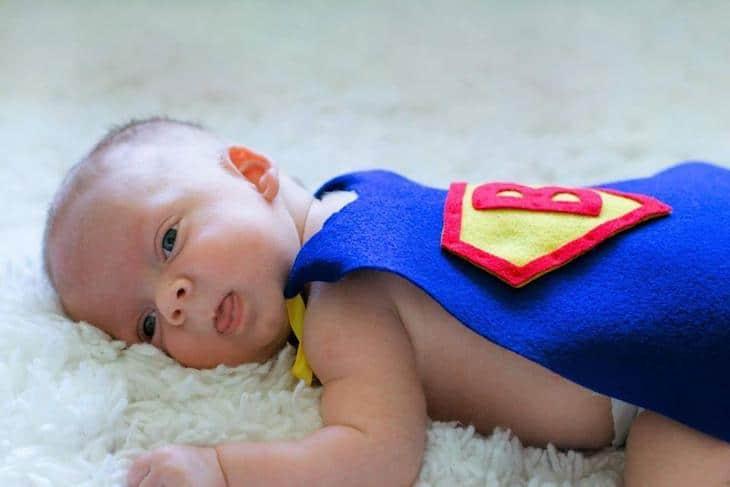 Uma das enfermeiras do hospital fez uma capa de super-herói para o pequeno Benjamin