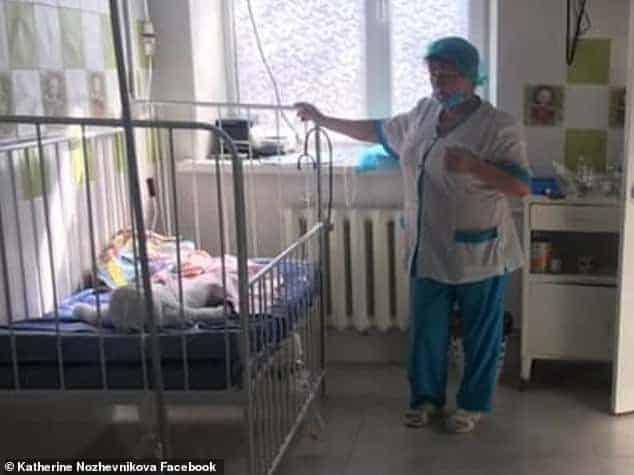 Esta imagem o bebê Daniil quando foi hospitalizado
