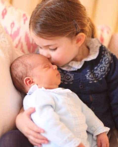 Charlotte dando um beijinho no irmão