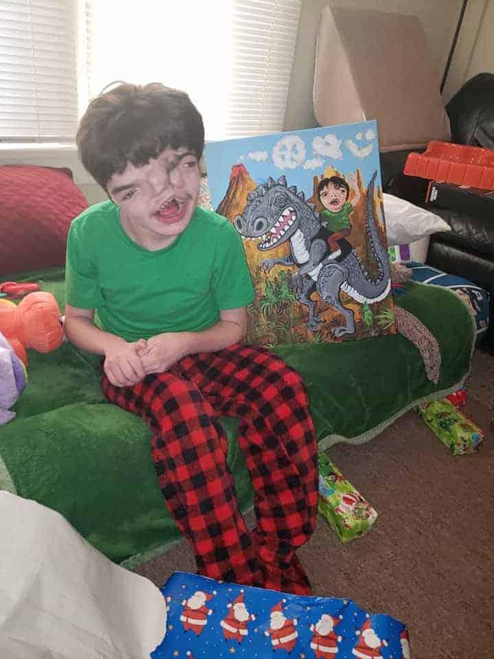 No mês passado o menino Tres aos 14 anos abrindo seus presentes de Natal