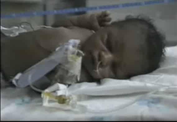 O pequeno Matthew no hospital poucas horas após ter sido resgatado
