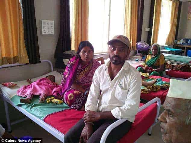A mãe Disksha Kamble do bebê e seu marido