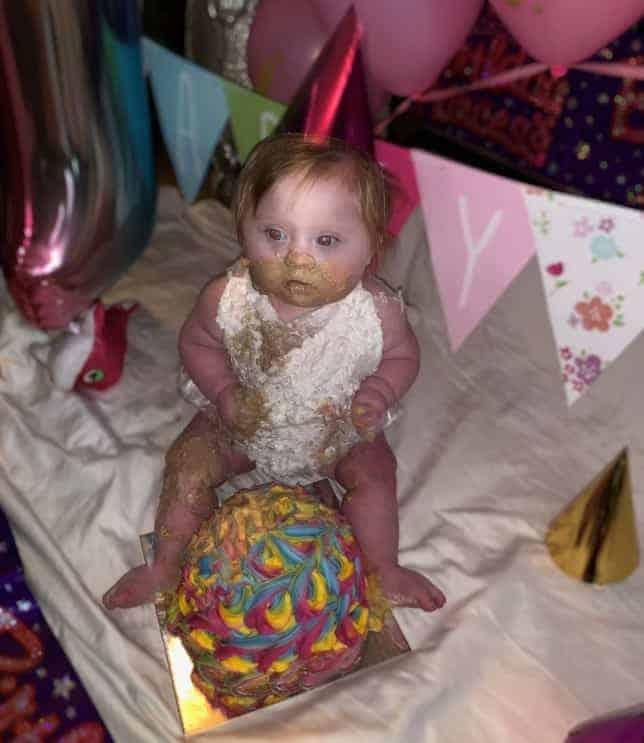 Bebê com seu bolo de aniversário em foto que gerou críticas