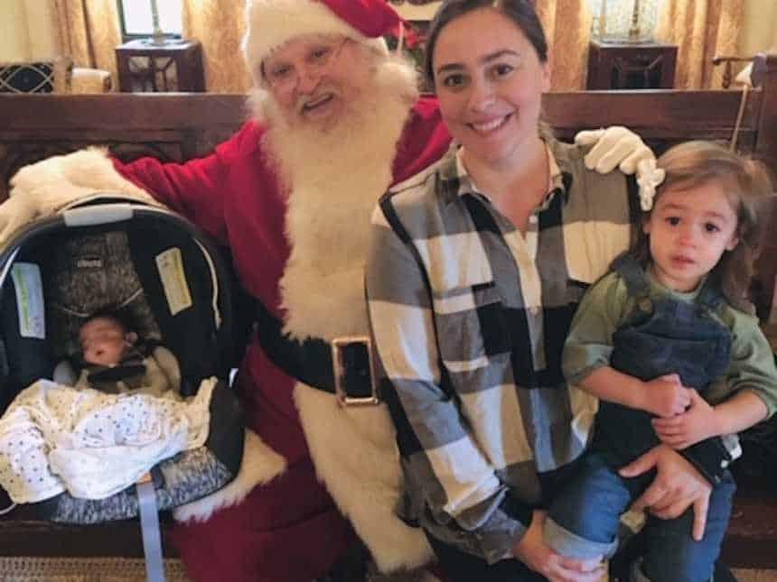 A mamãe Tiffany com suas duas filhas durante visita ao Papai Noel