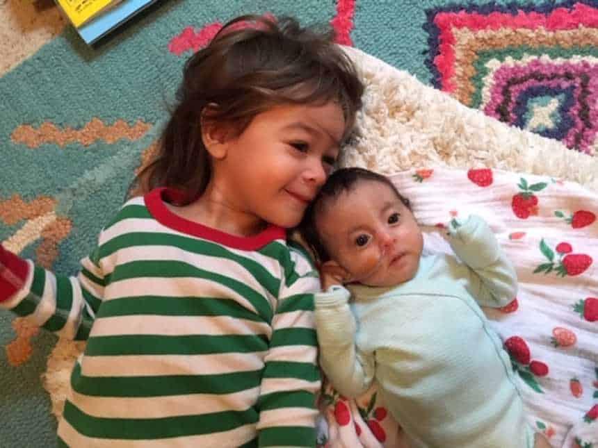 Aiyana com sua irmã mais velha Leilani