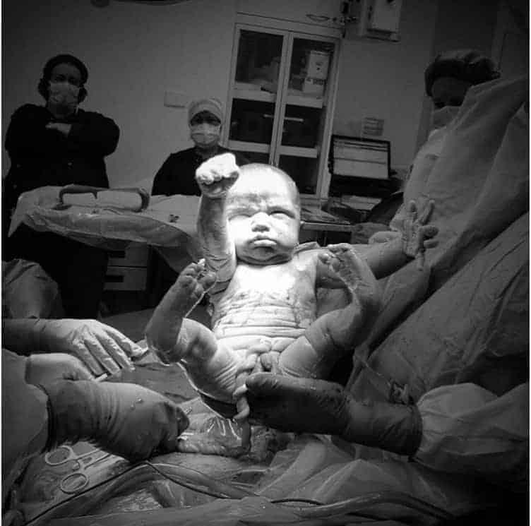 Este bebê nasceu fazendo a pose do Super-Homem