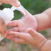 Entenda os cuidados ao passar álcool em gel nos bebês
