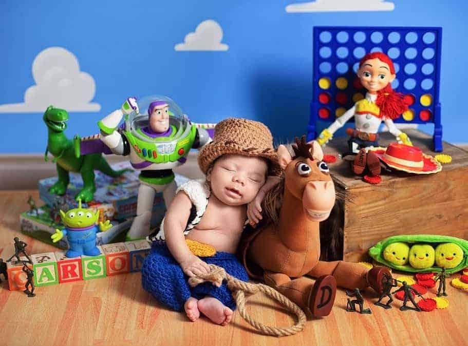 Ensaio newborn de bebês gêmeos inspirado em Toy Story